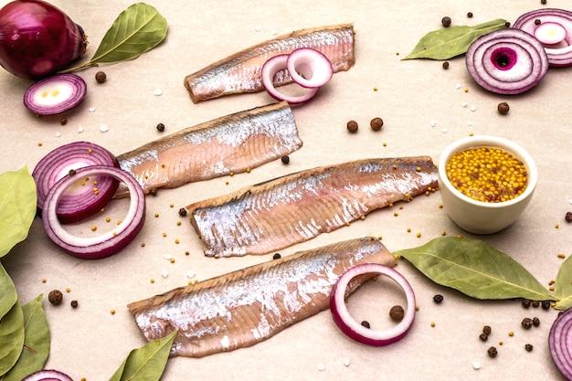 Filety z norweskiej makreli solonej z przyprawami i cebulą