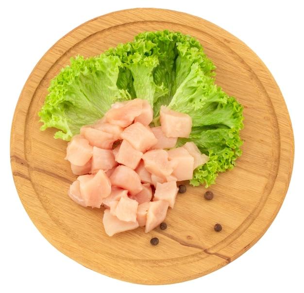 Filety z piersi kurczaka surowego na drewnianą deską do krojenia na białym tle