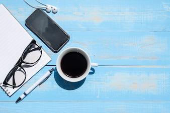 Filiżanka czarnej kawy i inteligentny telefon z materiałów biurowych
