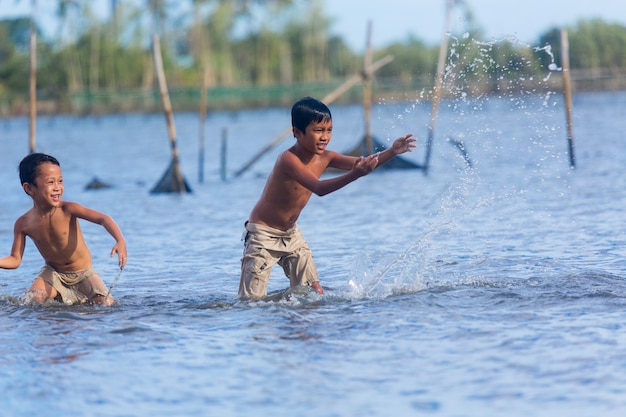 Filipiny cebu island może filipińskie dzieci bawią się na morzu?