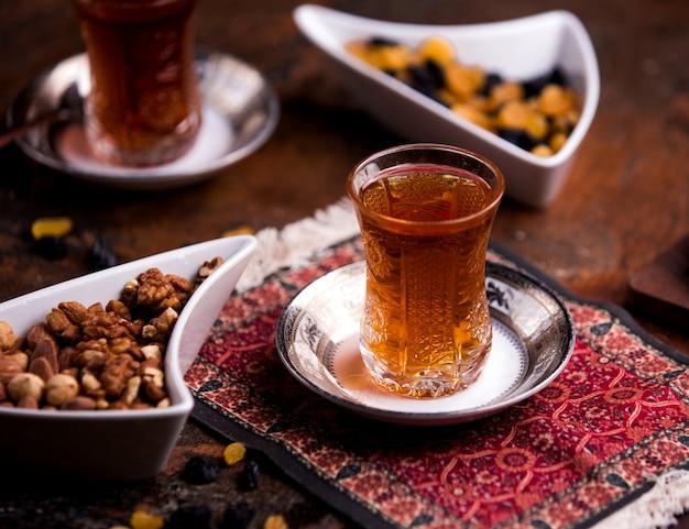Filiżanka aromatycznej herbaty i miska z orzechami