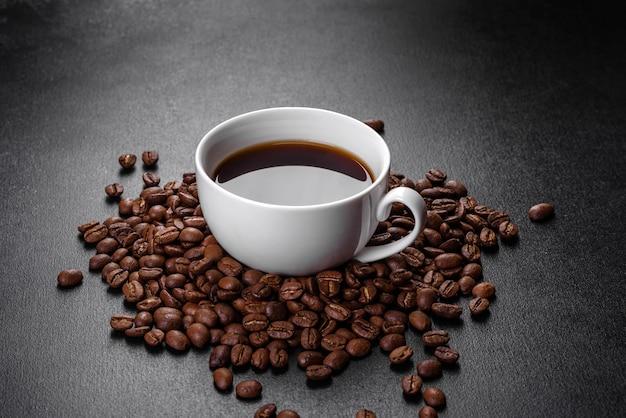 Filiżanka aromatycznej kawy. pobudzające śniadanie