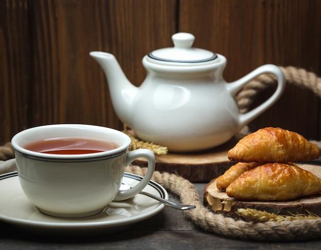 Filiżanka aromatyzowanej herbaty z francuskimi ciastami