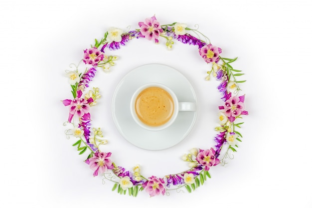 Filiżanka cappuccino kawa w round rocznik kwiecistej ramie jaśminowi kwiaty