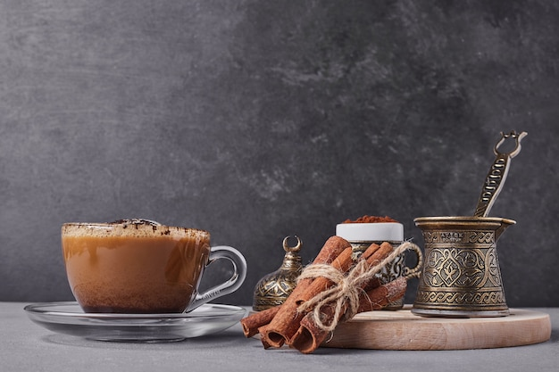 Filiżanka cappuccino z cynamonem.