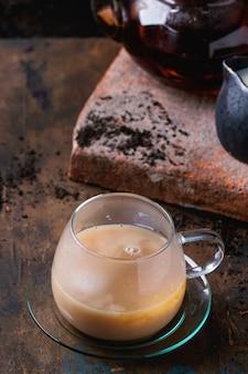 Filiżanka czarnej herbaty z mlekiem