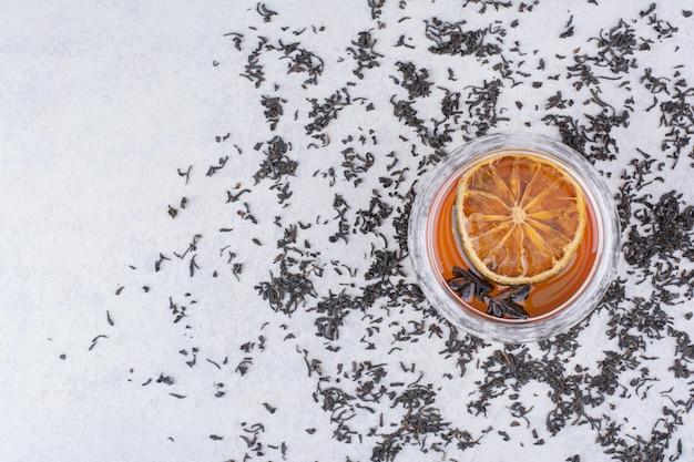 Filiżanka czarnej herbaty z plasterkiem pomarańczy i goździkami. zdjęcie wysokiej jakości