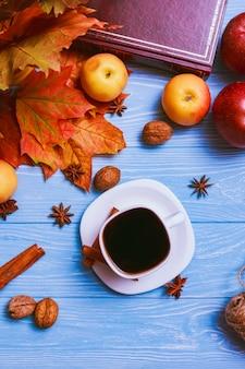 Filiżanka czarnej kawy na niebieskim stole. martwa natura
