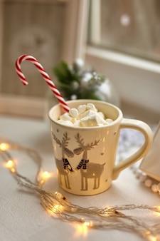 Filiżanka czekolady z piankami, ozdoby świąteczne