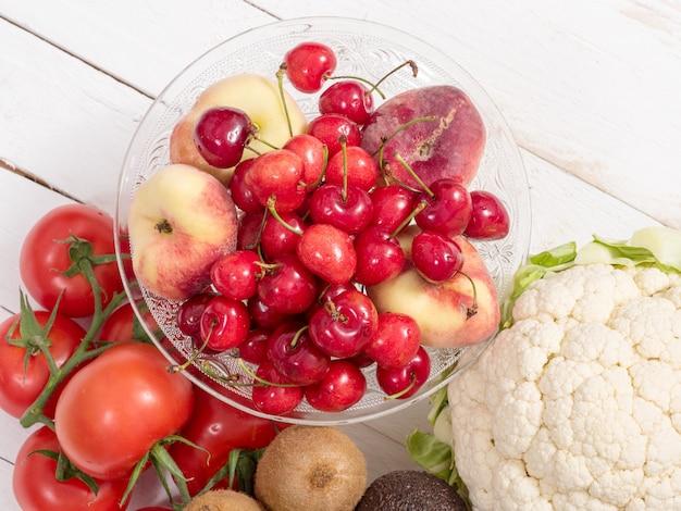Filiżanka czereśni i brzoskwiń z niektórymi warzywami
