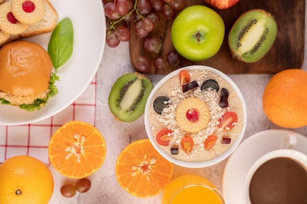 Filiżanka deserowa z jabłkami, kiwi, pomarańczą i winogronami.