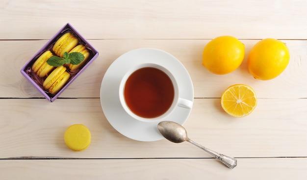 Filiżanka do herbaty i makaroniki z cytryną
