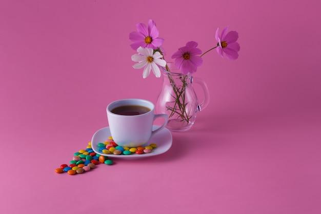 Filiżanka do herbaty ze słodkimi drażetkami