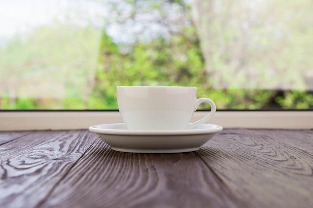 Filiżanka do kawy przy oknie