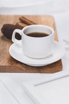 Filiżanka do kawy z anyżem, cynamonem i słodyczami