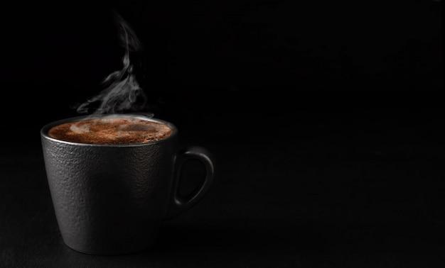 Filiżanka espresso z pianką, para unosi się nad filiżanką kawy