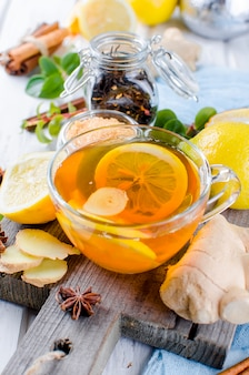 Filiżanka gorąca herbata z cytryną i imbirem
