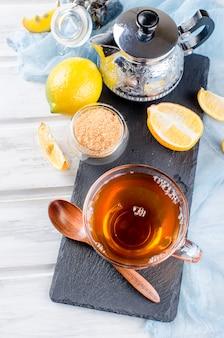 Filiżanka gorąca herbata z cytryną
