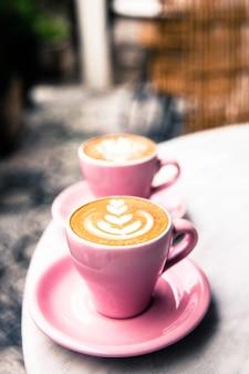 Filiżanka gorąca latte kawa na marmuru stołu tle
