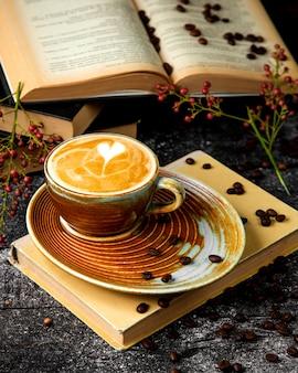 Filiżanka gorącego cappuccino z pianką i wzorem