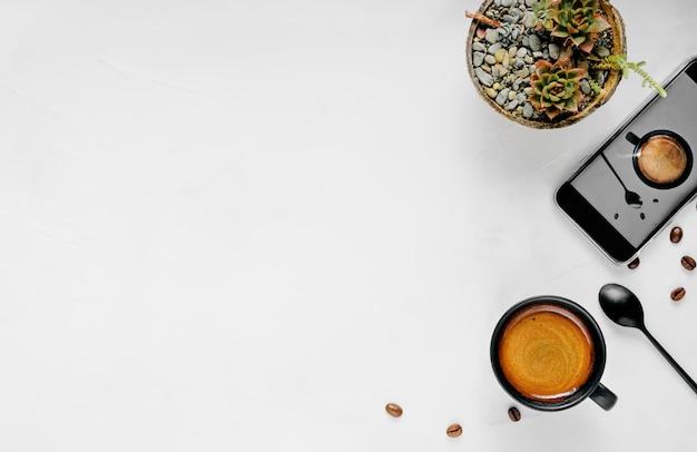 Filiżanka gorącego espresso z pianką, umieszczona na szerokiej białej powierzchni