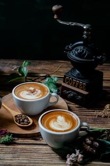 Filiżanka gorącego kakao i kawa z ciasteczkami w leniwej popołudniowej herbacie