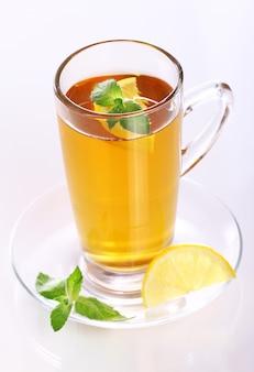 Filiżanka gorącej herbaty miętowej