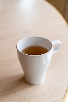 Filiżanka gorącej herbaty na stole w restauracji
