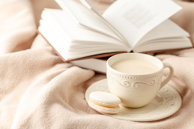 Filiżanka gorącej herbaty z cytryną ubrana w ciepły szalik z dzianiny na wełnę, nieostrość
