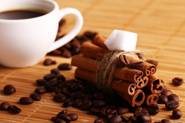Filiżanka gorącej kawy i laski cynamonu