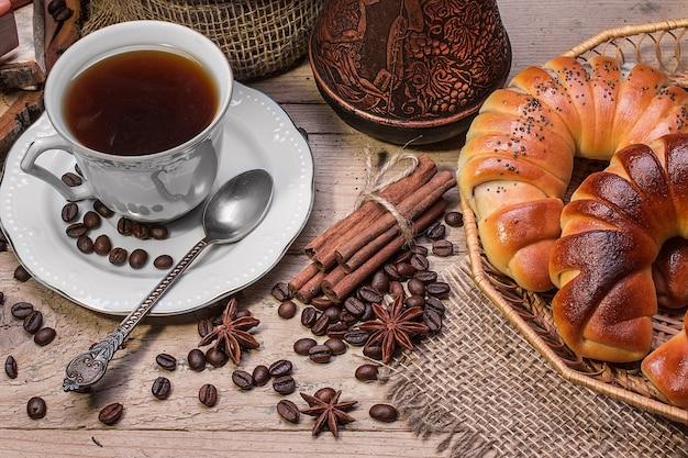 Filiżanka gorącej kawy i świeże rogaliki