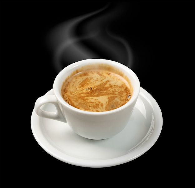Filiżanka gorącej kawy na białym tle na czarnym tle