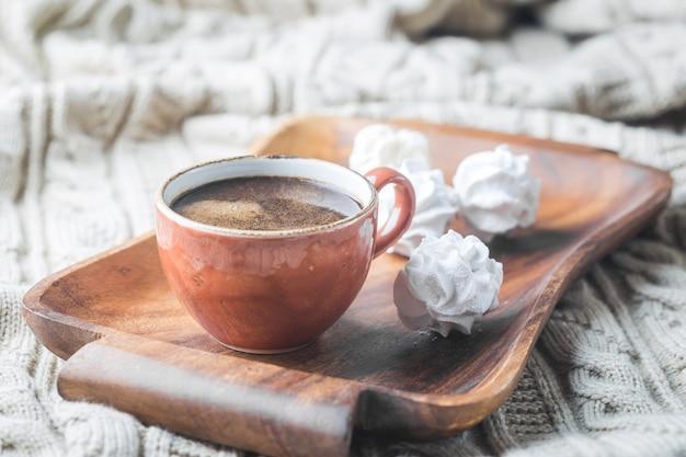 Filiżanka gorącej kawy na tacy