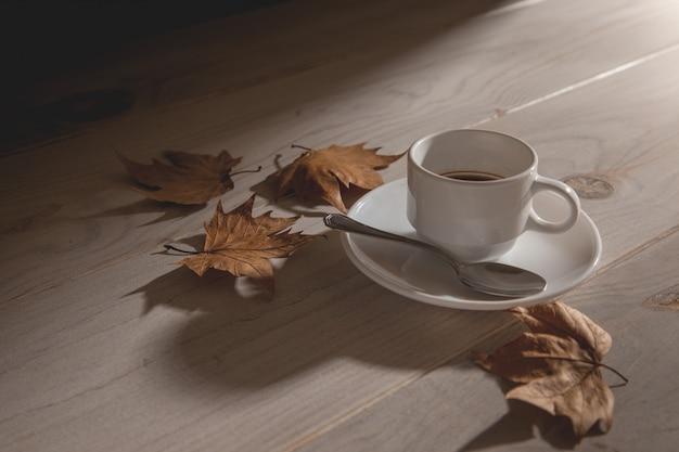 Filiżanka gorącej kawy o zachodzie słońca