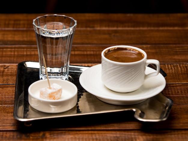 Filiżanka gorącej kawy po turecku z wodą i turecką rozkoszą