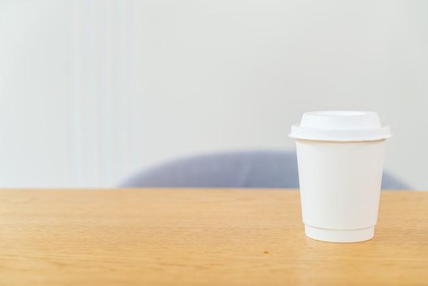 Filiżanka gorącej kawy w kawiarni
