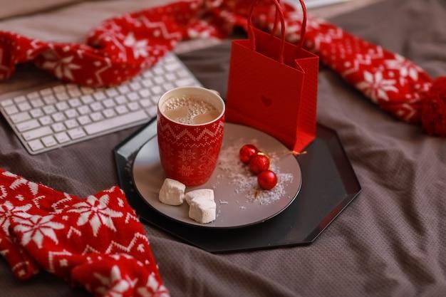 Filiżanka gorącej kawy z deserem na śniadanie rano w łóżku