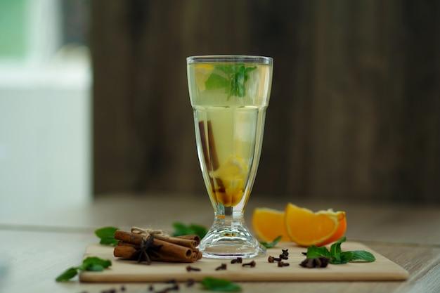 Filiżanka gorącej witaminy herbata na drewnianym stole. zimowe gorące napoje sezonowe