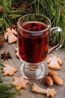 Filiżanka grzanego wina i cynamonu