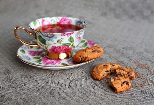Filiżanka herbat witn ciastka na obrusie