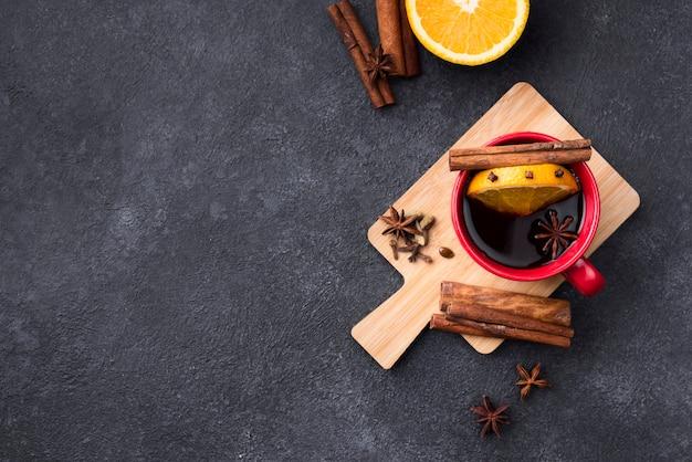 Filiżanka herbaty cytrynowej na drewnianej desce z dowcipem na kopię miejsca