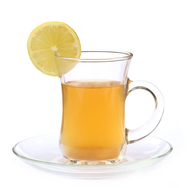 Filiżanka herbaty cytrynowej z plasterkami cytryny na białym tle
