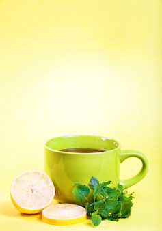 Filiżanka herbaty herbata z cytryny i melisy