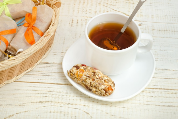 Filiżanka herbaty i baton musli