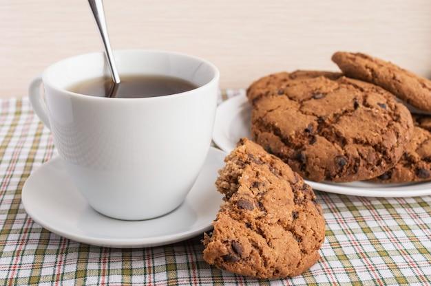 Filiżanka herbaty i ciasteczka czekoladowe na śniadanie.
