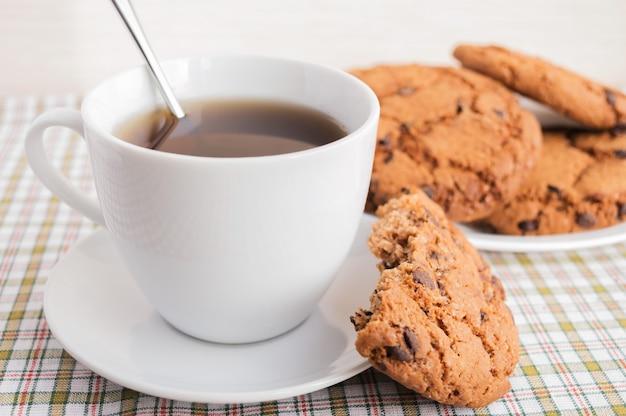 Filiżanka herbaty i ciasteczka z czekoladą