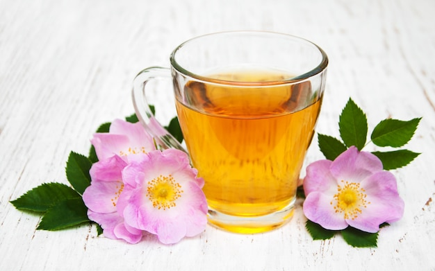 Filiżanka herbaty i dogrose