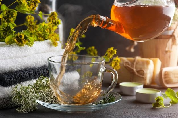 Filiżanka herbaty i imbryk w układzie spa