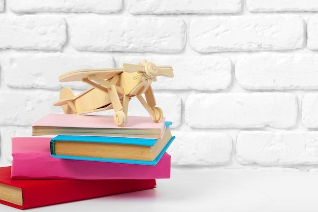 Filiżanka herbaty i książek na stole