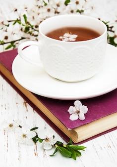 Filiżanka herbaty i kwiat wiśni